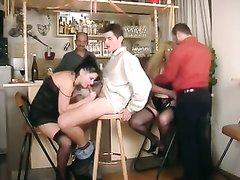 Немецкие зрелые развратницы в любительском групповом видео сосут и трахаются