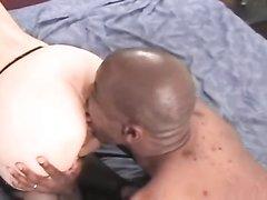 Японская домохозяйка в чулках нуждается в куни и сексе с окончанием внутрь