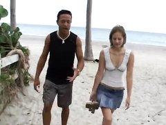 Бразилец в домашнем видео трахает мокрую щель шлюхи с маленькими сиськами