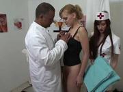 В видео красивой пациентке доктор назначил мастурбации и поцелуи с медсестрой