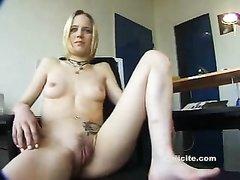 Худая блондинка с тату онлайн устроила любительскую мастурбацию в офисе