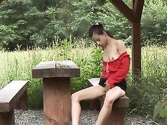 Любительская мастурбация худой девушки на природе снята на видео спутником