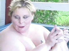 Две толстухи в любительском лесбийском видео дрочат вибратором киски в бассейне