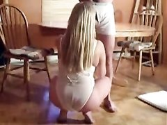 Французская зрелая блондинка в видео делает любительский минет на корточках