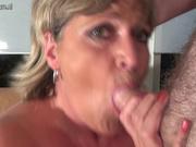 Толстая зрелая блондинка с огромными сиськами в домашнем видео дрочит и глотает сперму