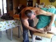 Муж помогает зрелой блондинке в любительской мастурбации с секс игрушкой
