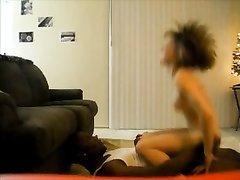 В любительском видео перед скрытой камерой белая дама скачет на чёрном члене