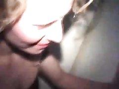 Зрелая блондинка в групповом домашнем видео сосёт белые  и чёрные члены ради спермы