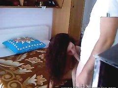 Для любительского секса с куни перед скрытой камерой клиент снял худую шлюху