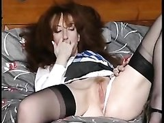 Зрелая красотка в чулках достала секс игрушку для домашней мастурбации