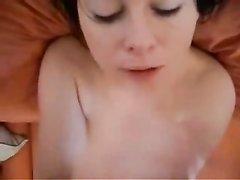 Домашний минет и глубокий римминг сделаны красивой шлюхой в горячем видео