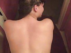 В любительском анальном видео от первого лица член скользит в попу студентки