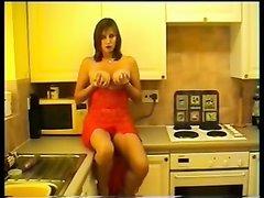Зрелая грудастая красотка в домашнем видео мастурбирует киску на кухне
