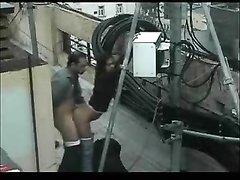 Скрытая камера на улице снимает интимную близость озабоченной парочки