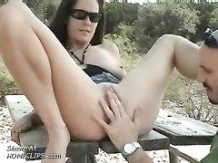 Лысый хахаль лижет киску зрелой даме в любительском видео и трахает её под открытым небом