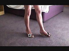Молодая подруга в любительском видео мастурбирует член и раздвигает ноги