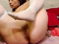 Девушка в чулках перед вебкамерой устроила онлайн мастурбацию бутылкой