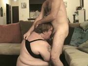 Зрелая толстуха в любительском видео с БДСМ жёстко трахнута в глубокую глотку