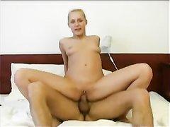 Блондинка с бритой киской поклонница межрассового домашнего секса с минетом
