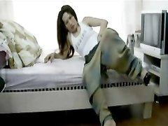 Китайская пара в любительском видео трахается на кровати перед скрытой камерой