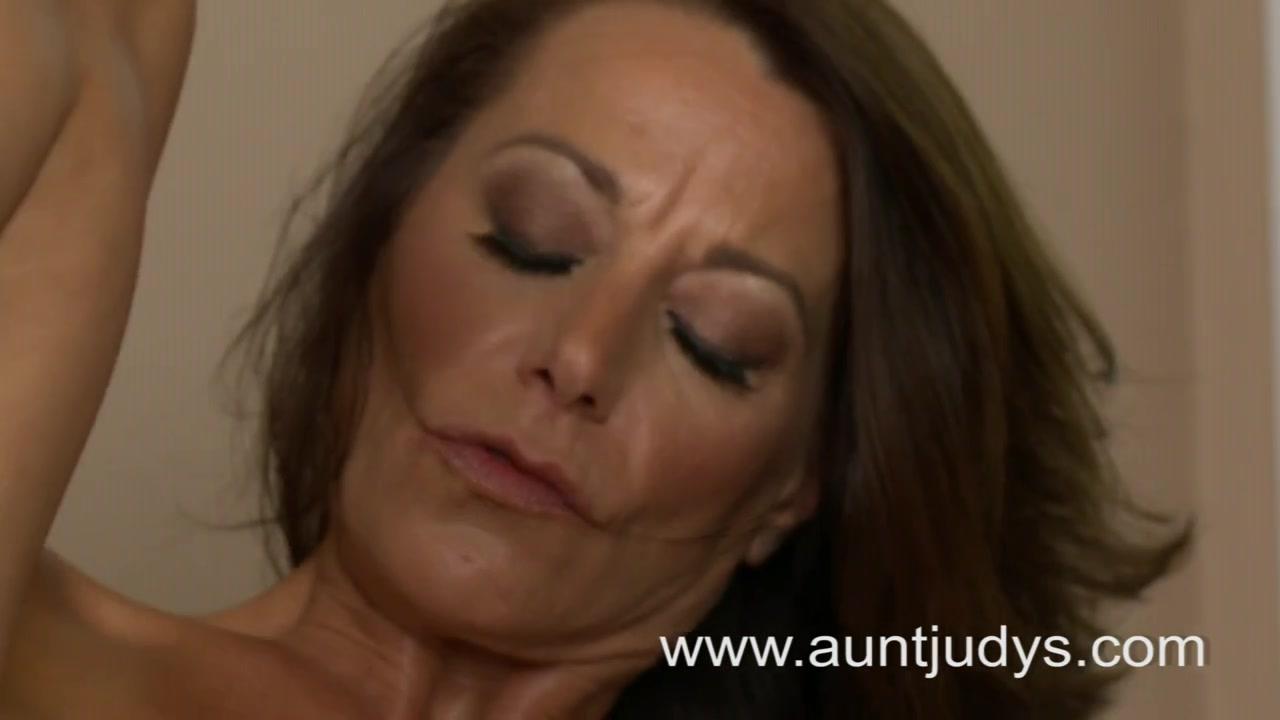 Красивая зрелая развратница с загаром в домашнем видео дрочит сладкую киску