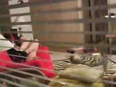 В домашнем видео подглядывают за мастурбацией киски женщины с маленькими сиськами