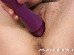 Рыжая зрелая домохозяйка в чулках крупным планом дрочит киску секс игрушкой
