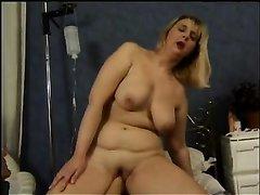 Сексуальная зрелая блондинка очень любит фистинг и анальную мастурбацию