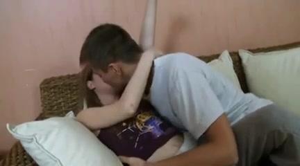 Худощавая модель с маленькими сиськами обожает домашний секс с минетом