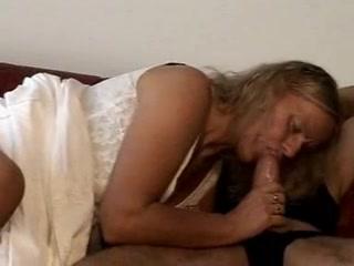 Похотливая зрелая блондинка жаждет домашнего секса с молодым поклонником
