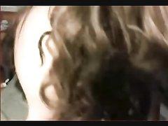 Зрелая пышка с большими сиськами в любительском видео позирует на вебкамеру