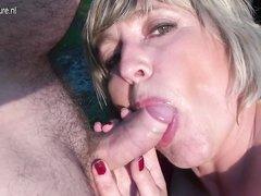 Толстая зрелая блондинка с большими сиськами секс игрушкой дрочит щель перед минетом