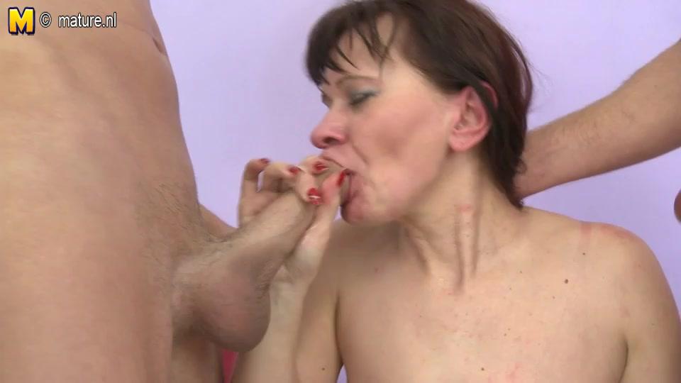 Любительский секс втроём с мокрой зрелой нимфоманкой в чёрных чулочках