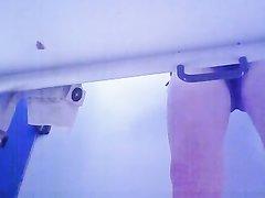 Подглядывание в домашнем видео со скрытой камеры под столом за зрелой француженкой