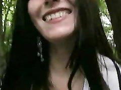 Брюнетка в любительском видео дрочит киску в парке и сосёт член незнакомца
