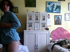 Зрелая домохозяйка разделась перед вебкамерой для онлайн мастурбации