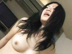 Женственная азиатка с мокрой киской завелась от домашнего секса и стонет
