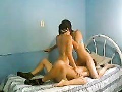 Любительский секс втроём с нежным лизанием дырочек двух латинских красоток