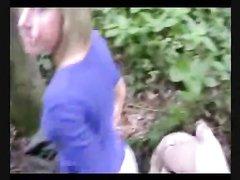 Блондинка в чулках в лесной чаще предложила любительский секс незнакомцу