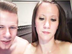 Худая девушка строчит домашний минет перед вебкамерой в режиме онлайн за деньги