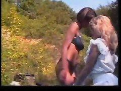 Зрелые француженки в любительском лесбийском видео дрочат волосатые щели на природе
