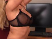 Зрелая блондинка в эротических колготках устроила стриптиз в домашнем видео