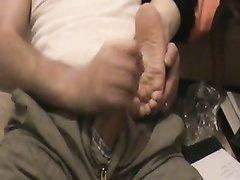 Мастурбация члена и фут фетиш в домашнем видео с поклонником женских ног
