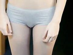 Русская молодая красотка в любительском видео после вопросов разделась