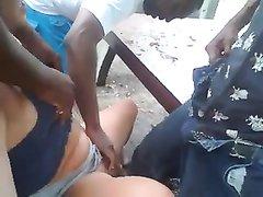 Негры в групповом любительском видео делают фистинг белой развратнице