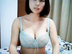 Азиатка с натуральными большими сиськами в  любительском видео обнажается