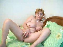 Зрелая женщина с большими сиськами с онлайн любительской мастурбацией на вебкамеру