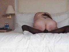 Белая и толстая домохозяйка в жарком видео отдалась негру в зрелую киску