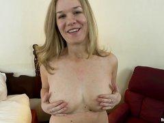 Зрелая блондинка в домашнем анальном видео трахнута в попу и накормлена спермой