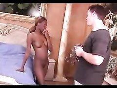 Рыжая негритянка в любительском видео трахается с белым парнем в постели